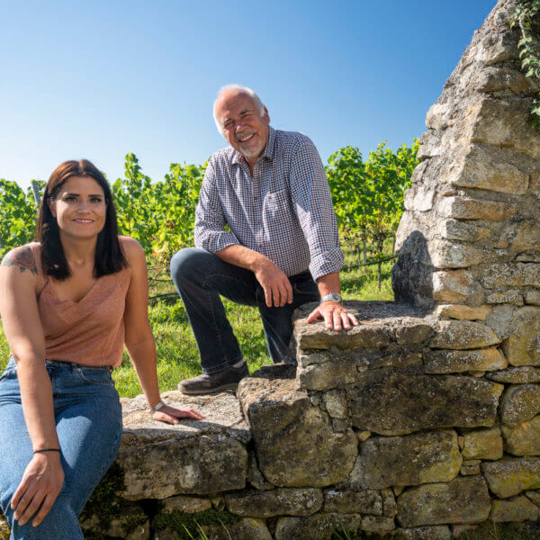 Elodie und Vater Jean-Pierre Kuntzer im Weinberg
